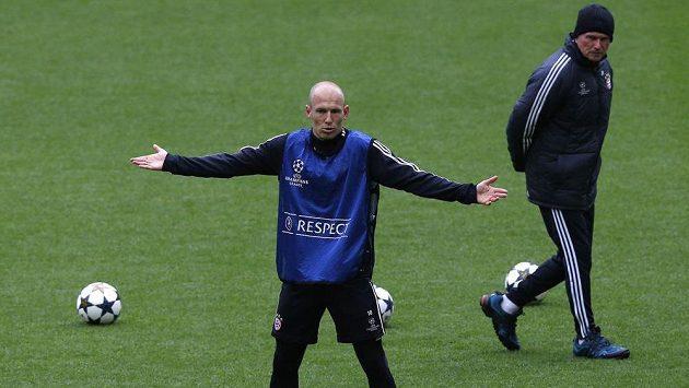 Arjen Robben se nestačí divit. Vpravo přihlíží tréninku ve Wembley kouč Bayernu Jupp Heynckes.