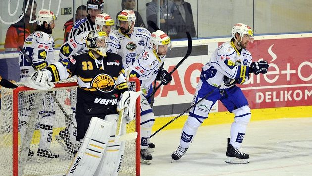 Hokejisté Brna se radují z gólu, vpředu vlevo je brankář Litvínova Pavel Francouz. Jak dopadne pátý zápas?