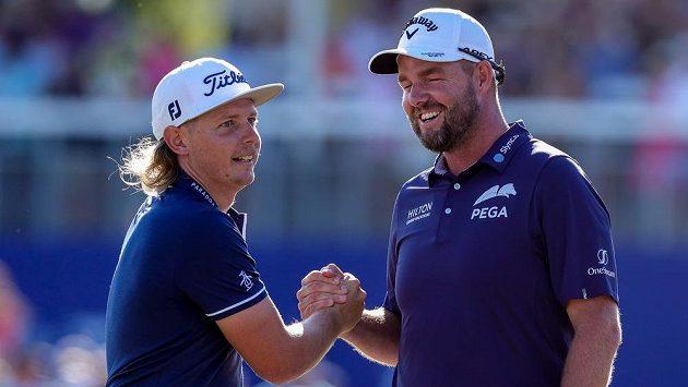 Australané Cameron Smith a Marc Leishman po triumfu.