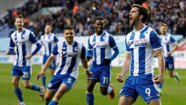 Wigan šokoval West Ham. Will Grigg oslavuje jeden z gólů.