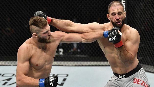 Jíří Procházka (vlevo) to dokázal. V premiéře v UFC porazil Volkana Oezdemira, když si zapsal K.O. ve druhém kole.