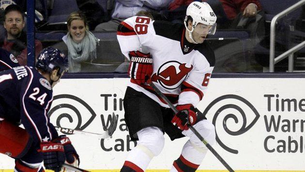 Útočník New Jersey Jaromír Jágr (vpravo) si proti Columbusu připsal asistenci, porážce Devils ale nezabránil.