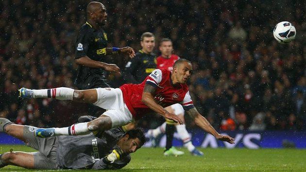 Theo Walcott střílí gól Arsenalu v ligovém utkání proti Wiganu.