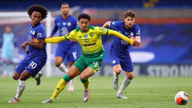 Jamal Lewis z Norwiche v obklopení hráčů Chelsea.