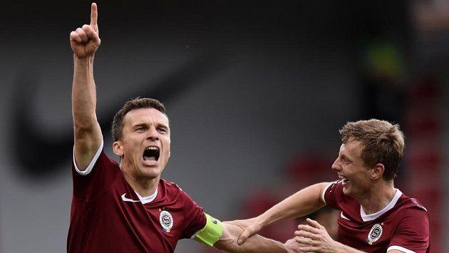 Útočník Sparty Praha David Lafata oslavuje s Ladislavem Krejčím svůj první gól proti Jablonci.