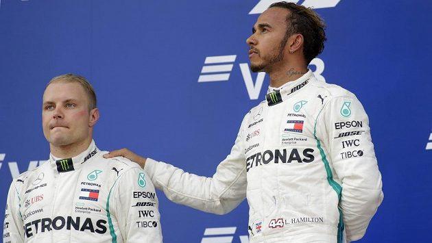 Valtteri Bottas a Lewis Hamilton na stupních vítězů po Velké ceně Ruska.