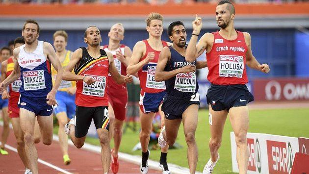 Jakub Holuša v cíli rozběhu na 1500 m. V tu chvíli ještě postupoval do finále.