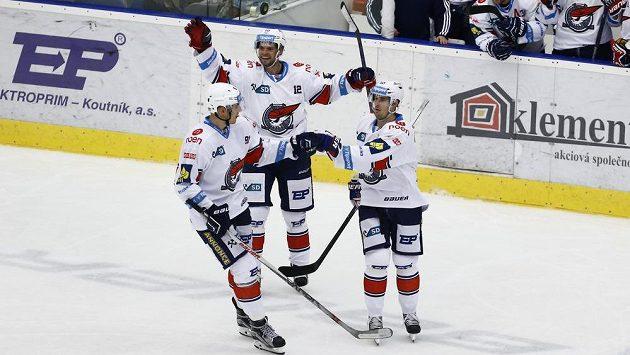 Chomutovský útočník Roman Červenka (vpravo) oslavuje se spoluhráči vstřelený gól - ilustrační foto.