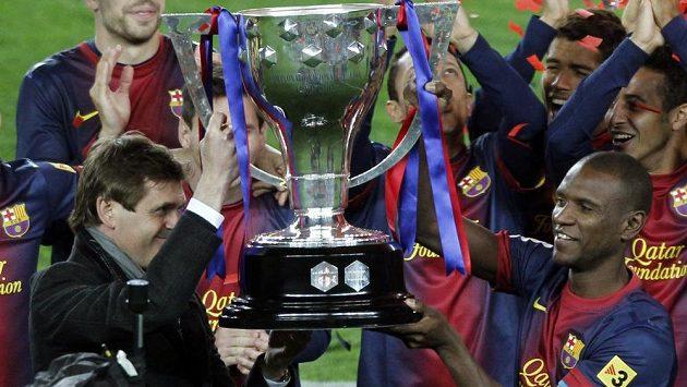 Trenér Barcelony Tito Vilanova (vlevo) a obránce Éric Abidal se takto radovali ze zisku mistrovského titulu.