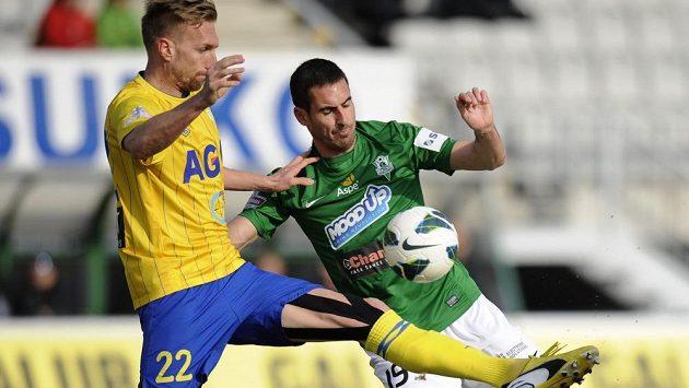 Teplický bek Antonín Rosa (vlevo) bojuje o míč se svým bývalým spoluhráčem Lukášem Zoubelem z Jablonce.