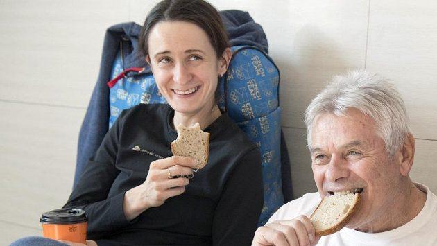 Rychlobruslařka Martina Sáblíková s trenérem Petrem Novákem mají k dispozici i čerstvý chléb nazvaný Karel, upečený speciálně pro české sportovce v olympijské vesnici.