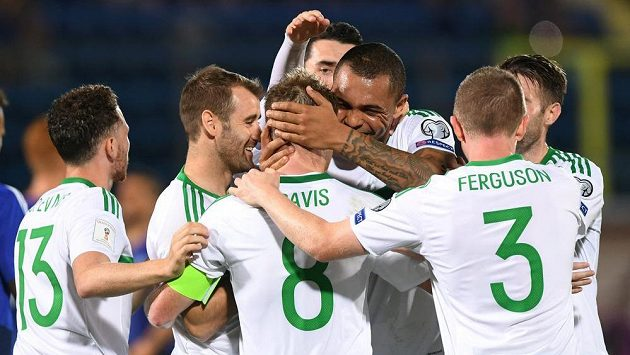 Fotbalisté Severního Irska oslavují třetí gól do sítě San Marina.