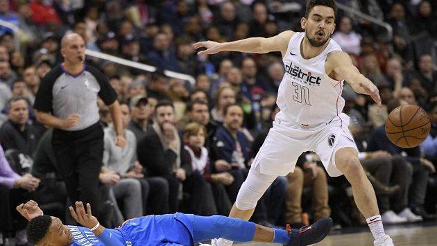 Basketbalista Washingtonu Wizards Tomáš Satoranský (31) po souboji s Russellem Westbrookem.