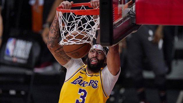 Anthony Davis z Los Angeles Lakers smečuje do koše v úvodním finále NBA proti Miami Heat.