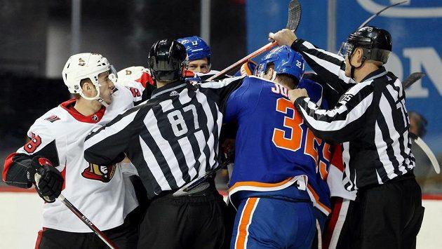 Zápas mezi hokejisty Islanders a Senators se pořádně přiostřil.