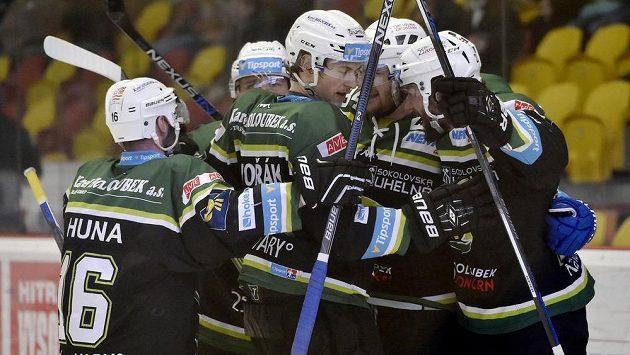 Karlovarští hokejisté se radují z extraligové záchrany.