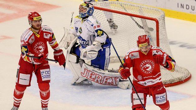 Třinecký Lukáš Žejdl (vpravo) se raduje z jedné ze svých branek proti Brnu. Vlevo jeho spoluhráč Kamil Kreps.