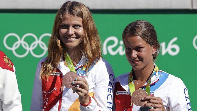 Lucie Šafářová (vlevo) a Barbora Strýcová pózují s bronzovými medailemi.