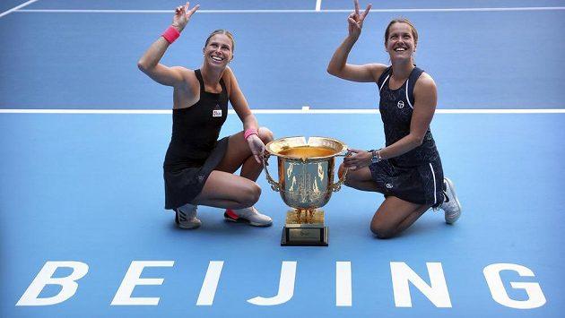Andrea Sestini Hlaváčková (vlevo) a Barbora Strýcová pózují s vítěznou trofení po turnaji v Pekingu.