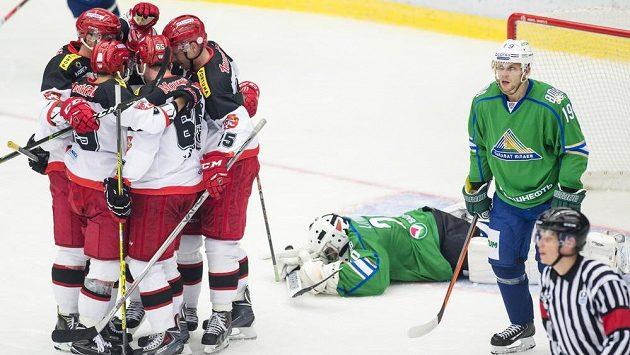 Hokejisté Hradce oslavují gól v síti Ufy.