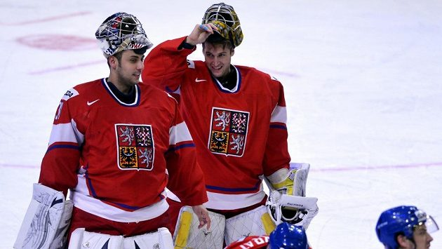 Brankáři Ondřej Pavelec (vlevo) a Pavel Francouz na konci zápasu s Norskem.