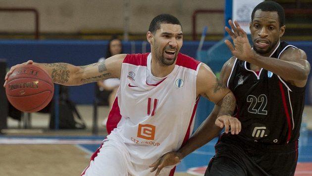 Tre Simmons z Nymburka (vlevo) a Antonio Graves z Quakenbrücku v utkání Evropské ligy basketbalistů.