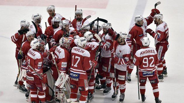 Hokejisté Slavie se radují z vítězství na ledě Jihlavy.