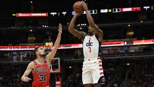 Tomáš Satoranský (31) a Bradley Beal (3) z Washingtonu Wizzards v utkání NBA.