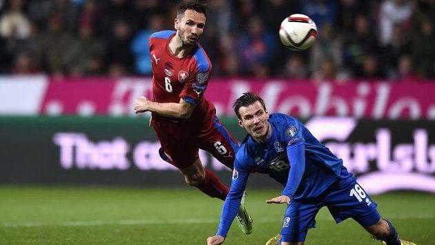 Český fotbalista Tomáš Sivok (vlevo) a Elmar Bjarnason z Islandu během kvalifikačního duelu o postup na ME.