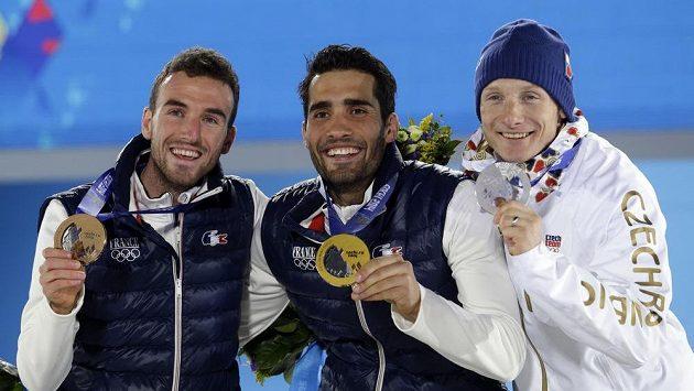 Medailisté ze stíhacího závodu (zleva) Jean Guillaume Beatrix, Martin Fourcade a Ondřej Moravec při slavnostním vyhlášení v Soči