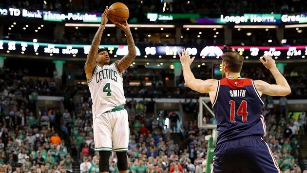 Isaiah Thomas (4) z Bostonu střílí na koš, v obraně zaspal Jason Smith (14) z Washingtonu.
