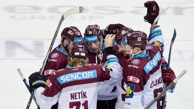 Hokejisté Sparty se radují z gólu proti Vítkovicím.