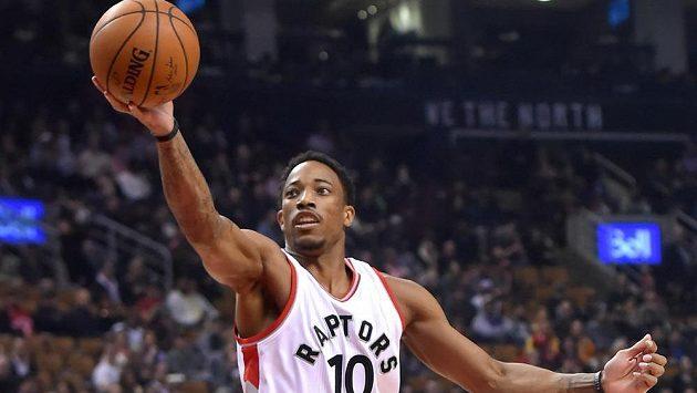 Basketbalista Toronto Raptors DeMar DeRozan v utkání proti Denveru.