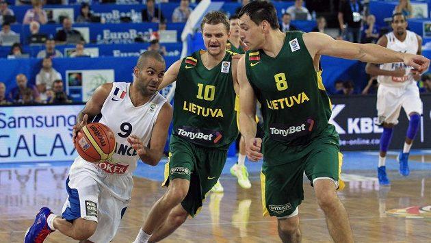 Francouzská hvězda Tony Parker (vlevo) se snaží projít přes bránící litevské duo Renaldas Seibutis (uprostřed), Jonas Mačiulis.