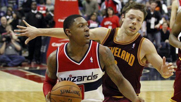 Wizards znovu padli. Na snímku Bradley Beal (vlevo) a Matthew Dellavedova z Clevelandu.