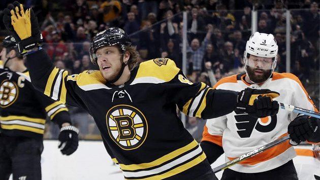 David Pastrňák (88) slaví gól v utkání NHL, teď ale bude svému týmu chybět.