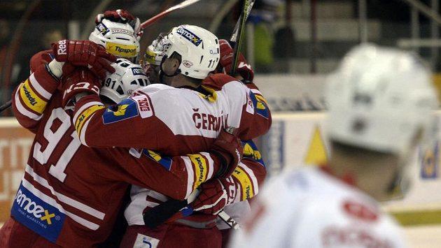 Hokejisté Slavie se radují z branky v barážovém utkání proti Chomutovu.