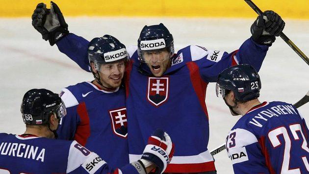 Hokejisté Slovenska se radují z gólu do sítě USA.
