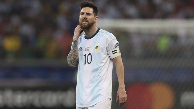 Zklamaný argentinský fotbalový reprezentant Lionel Messi během utkání s Brazílií.