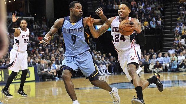 Basketbalista Atlanty Kent Bazemore (vpravo) drží míč před Tonym Allenem z Memphisu v zápase NBA.