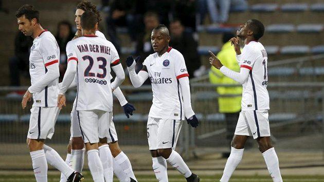 Blaise Matuidi (vpravo) z Paris St. Germain slaví se spoluhráči gól na hřišti Lorientu.