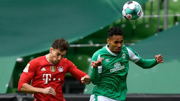 Český fotbalista Theodor Gebre Selassie se proměnil ve velkou oporu Werderu Brémy. Na snímku je v souboji se záložníkem Bayernu Leonem Goretzkou (vlevo).