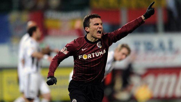 Sparťanský útočník David Lafata (vpředu) se raduje ze vstřelení gólu do sítě Českých Budějovic.