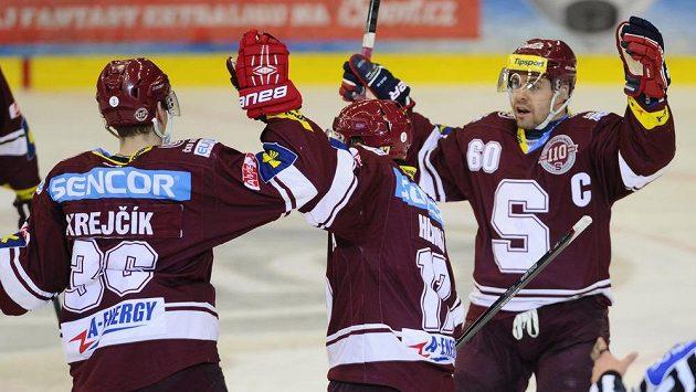 Hráči Sparty (zleva) střelec Jakub Krejčík, Jaroslav Hlinka a kapitán Tomáš Rolinek se radují z gólu na ledě Brna.