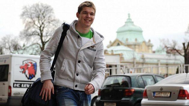 Útočník Tomáš Hertl přichází na trénink.