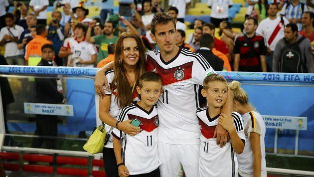 Miroslav Klose s manželkou Sylwií a syny Noahem a Luanem.