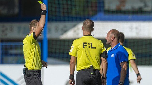 Trenér Liberce Pavel Hoftych dostává žlutou kartu.