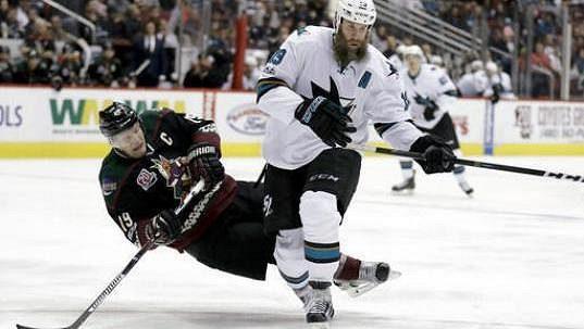 Útočník Joe Thornton ze San Jose odehrál poslední čtyři zápasy v sezóně NHL s přetrženými vazy v levém koleně.