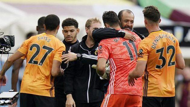 Důvod k radosti. Fotbalisté Wolverhamptonu zvítězili v 32. kole anglické ligy na hřišti Aston Villy 1:0.
