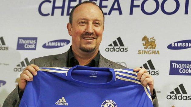 "Nový trenér Chelsea Rafael Benítez pózuje s dresem ""Blues""."